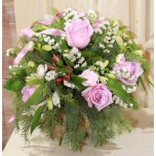 Букет из розово-лиловых роз, альстромерии, белой статицы, веток пихты, рускуса с акцентом из флористической ленты.