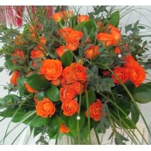 Оранжевые кустовые розы в букете
