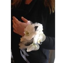 Браслет на эргономичной основе. Состав: орхидеи фаленопсис, гвоздики белые сортовые, стабилизированные экзотические листья, перья, ленты, ракушки
