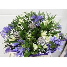 Букет из голубого агапантуса с кедровыми шишками, альстромерией, гипсофиллой, кипарисом, зеленью в натуральной упаковке с лентами.