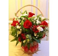 Средняя корзина цветов из красных роз, альстромерии, ягод калины (возможна замена на гиперикум), фрезии, кустовой хризантемы, зелени с широкой лентой.