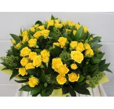 Яркий букет из 11 кустовых роз, скиммии, зелени в упаковке из фетра с лентами.