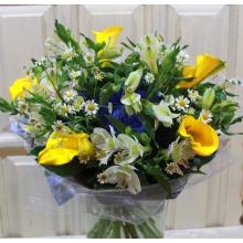 Летний яркий букет из желтых калл, альсромерии, матрикарии, с синим сизалем, двойной упаковкой из органзы и фетра с лентами.