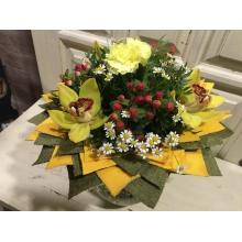 яркий букет цветов охидея и гвоздика