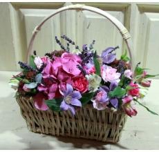 Средняя настольная корзиночка с гортензией, клематисами, кустовой розой, кустовой гвоздикой, альстромерией, седумом, лавандой, зеленью.