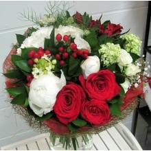 Букет из белой гортензии, белых пионов, кустовой розы, нигеллы, красных роз, гиперикума, гипсофиллы, альстромерии, нигеллы, орнитогаллума, ветки калины, зелени в натуральной упаковке из сизаля и органзы с лентами.