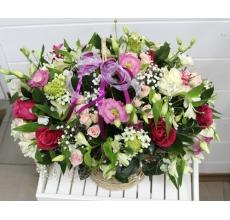 Большая корзина из розовой эустомы, альстромерии, роз, гипсофиллы, орнитогаллума, кустовой розы, зелени,