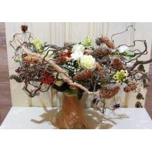 Букет на транспарентном каркасе из веток корилуса, шишек, ягод, сизаля. Состав букета: розы, кустовые розы, орнитогалум, альстромерия, фрезия, зелень с завязкой из рафии. Ширина букета 60-70 см.