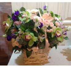Корзина цветов среднего размера. Состав: орхидеи, альстромерии, эустома, кустовые розы, эвкалипт, зелень, бант.