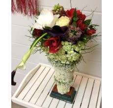 Композиция в виде кубка. Высота от 40 см.  Состав: кустовая хризантема, кустовая гвоздика, амарилисы, каллы, белые розы, альстромерия, фритиллярия, зелень