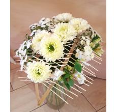 Букет на флористическом каркасе. Состав: 7 крупных сортовых хризантем, 6 кустовых хризантем, альстромерия, рускус, лента.