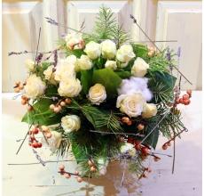 Небольшой европейский букет из кустовой белой розы, ллаванды, хлопка, ягод илекса, веток пихты, салала с атласным бантом. Диаметр 25 см.