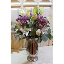 Высокий ароматный романтический букет из белых крупных сортовых лилий (сорта Сибирия), голландской крупной сирени с ветками эвкалипта и большим бантом из флористической ленты.