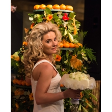 Состав: натуральные перламутровые крупные ракушки, белые розы, зелень.