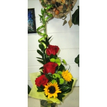 Букет с розами и подсолнухами