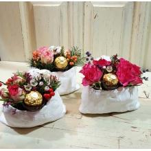 Композиция в стилизованном гипсовом мешочке. Состав: кустовая роза, илекс, восковник, лаванда, хлопок, конфета ферреро.