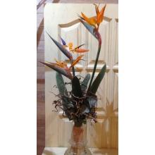 Букет из ярких высоких стрелиций, листьев стрелиции, каркаса и веток корилуса, эвкалипта, сизаля, рафии.