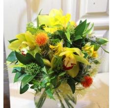 Мини-букет из орхидей цимбидиум, альстромерии, картамуса, альстромерии, скиммии, зелени в упаковке из сизаля с лентами с доставкой в Екатеринбурге
