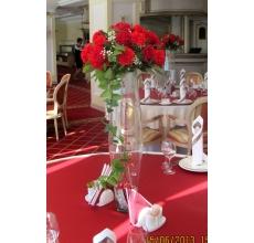 Оформление столов гостей и стола жениха и невесты в отеле Онегин, панорамный ресторан. Состав: Вазы, гирлянды, розы, гвоздики, гипсофилла, зелень.