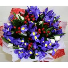Букет из синих ирисов, тюльпанов, гиперикума, зелени в натуральной упаковке с лентами