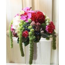 Букет невесты на портбукете. Состав: мини-фаленопсис, орнитогалум, амарант, калина, кустовая роза малиновая и персиковая, гвоздика фисташковая и персиковая, целлозия, седум, эвкалипт
