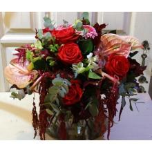 Осенний букет из ниспадающего амаранта, антуриума, роз, альстромерии, оранжевых калл, эвкалипта.