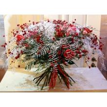Большой зимний букет из веток посеребренного кораллового ферна, стиллингии, ягод илекса, алых роз, цветка протеи, кустовых розовых роз, веток оливы, вакциниума с флористической лентой. Диаметр букета от 80 см.