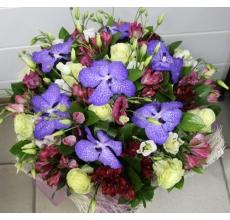 Большой букет из цветов орхидеи ванды, альстромерии, белых роз, эустомы, зелени в натуральной упаковке из сизаля с лентами.