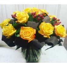 золотые розы с гиперикумом