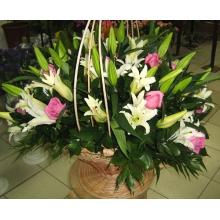 Классическая корзинка с лилиями и розами станет отличным подарком на любой праздник. Чтобы оживить композицию и придать ей более теплые тона мы можем добавить герберы и заменить белые розы на желтые, если Вы пожелаете.