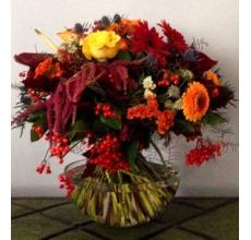 Большой осенний букет. Состав: бордово-коричневый антуриум, оранжевая целлозия, красный амарант, желтые розы, оранжевые кустовые розы, красные гербберы, оранжевые и темно-бордовые пушистые мини-герберы, красный дуб, оранжевые...