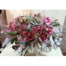 Большой букет на праздничном декоративном каркасе из веток, ракушек, войлока и воска. Цветы: 17 орхидей цимбидиум, эвкалипт, фисташка.