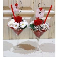 Оформление стола. Композиции в рюмках мартини. Высота 35 см. Состав: гвоздики, роза, альстромерия, хризантема, гипсофилла, трубочка, номер стола.
