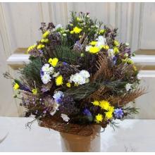 Букет в деревенском стиле. Cостав: хризантемы, мускари, вероника, астранция, сухие травы, рогожа