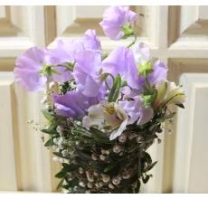 Букет на флористическом каркасе в форме конуса из фисташки, гипсофиллы, бусинок, черники. Состав: 5 веток лавандового латируса, альстромерия, атласная лента.