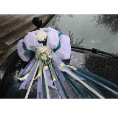 Автокорс, сетка, ленты, каллы, хризантема, гвоздика.