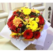 Мини-герберы, кустовые розы, розы, орхидея цимбидиум, гиперикум, анигозантос, эвкалипт, рафия.