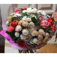 Небольшой букет из белых кустовых хризантем, нежных кустовых роз, зелени в упаковке из фетра с лентами.