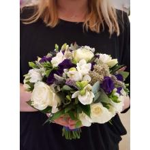 Букет невесты из белых роз, фрезии, эустомы, астранции, мяты, зелени с лентами.
