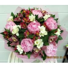 Большой букет из розовых пионов 6шт, орхидеи, белой фрезии, альстромерии, зелени в натуральной упаковке с атласной лентой.