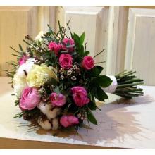 Букет невесты из ранункулюсов, роз, кустовых роз, хлопка, вакциниума,  эвкалипта с белой атласной лентой. Диаметр 26 см.
