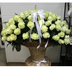 Напольная корзина из 101 белой эквадорское розы сорта Мондиаль с зеленью и атласными лентами