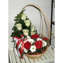 5 красных роз, 7 белых роз, 3 хризантемы, зелень в корзине