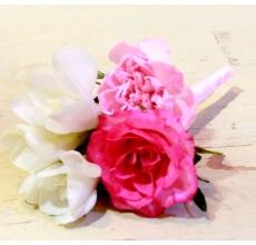 Бутоньерка из фрезии, кустовой гвоздики, кустовой розы, зелени.