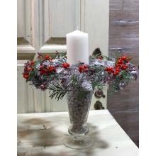 Свеча в стеклянной вазе на ножке с отсыпкой из белого крупного грунта. Вокруг свечи интегрированный транспарентный венок из веток натурального кораллового ферна, шаров, декоративных фигурок, шнура. Высота 25-30 см.