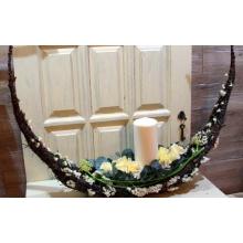 Композиция в форме полумесяца-колыбели из березовых веток со свечой, розами, статицей, орнитогалумом, эвкалиптом.