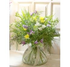 Транспарентный летний букет. Легкий с открытым контуром. Состав: антириниум, клематис, кустовая хризантема, статица, аспарагус, летняя зелень, флористическая лента.