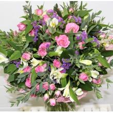 Праздничный букет из розовой кустовой розы, альстромерии, статицы, эвкалипта, зелени в натуральной упаковке с лентами