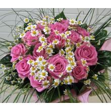 Букет из розовой розы сорта аква с матрикарией, берграсом в натуральной упаковке.