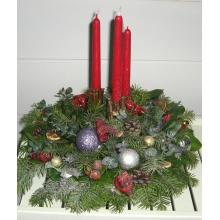 Настольная композиция с тремя красными свечами.